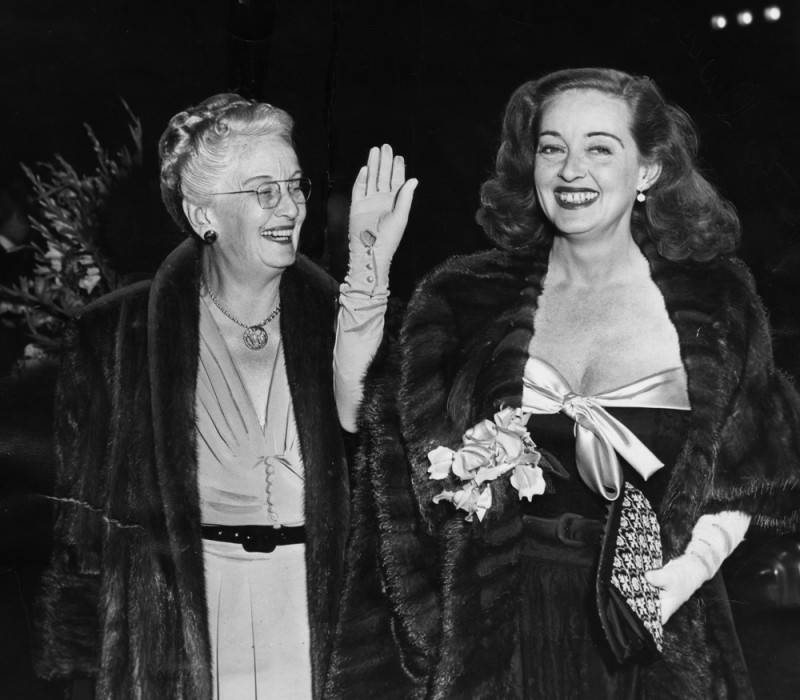 Bette arrives at Grauman's Chinese Theatre, with her mother Ruth, 1950