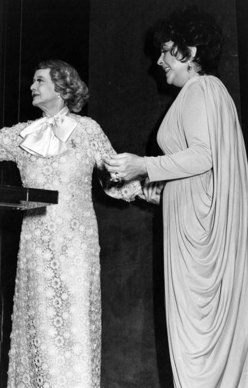 Bette Davis presents an award to Elizabeth Taylor during a ceremony at the Ahmanson Theatre in 1981