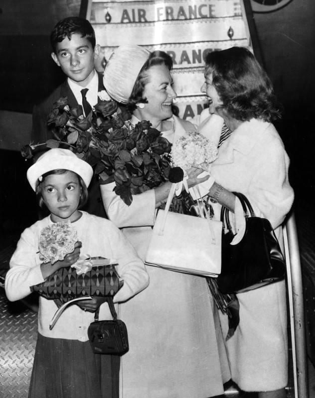 Bette greets former Warner Bros. alum, Olivia de Havilland, at LAX in 1964.
